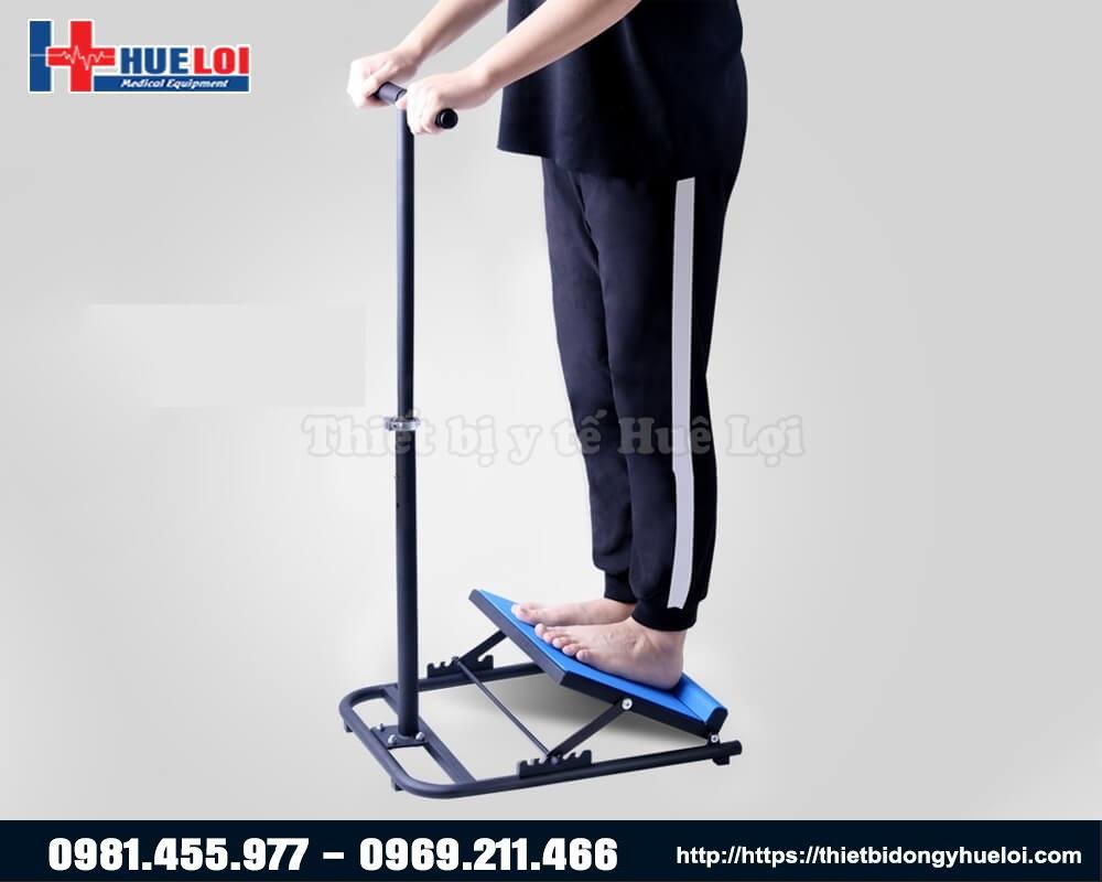 sử dụng bàn đạp tập giãn cơ chân