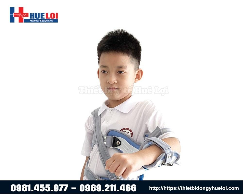sử dụng nẹp cố định vai trẻ em