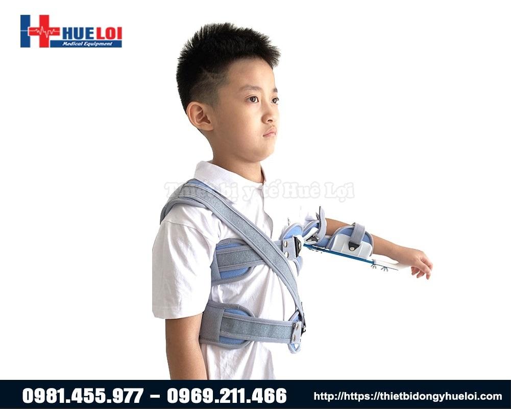 trẻ em đeo nẹp cố định khớp vai